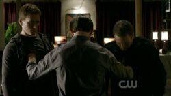 Elijah uccide due vampiri