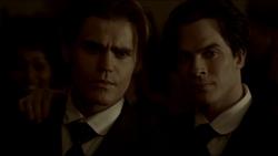 Damon convince Stefan a nutrirsi un'ultima volta