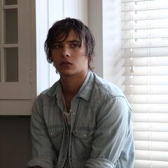 Frank Dillane como <i>James Papadopoulos</i> en <i>Papadopoulos & Sons</i>.