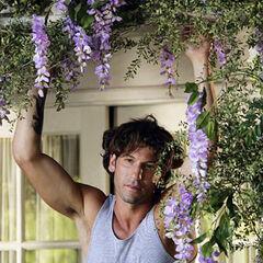 Jon Bernthal como Raymond Gardener en <i>Eastwick</i>