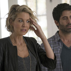 Jenna Elfman como <i>Alyce</i> en <i>Imaginary Mary</i>.