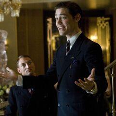 Tom Payne como Phil Goldman en <i>Miss Pettigrew Lives for a Day</i>