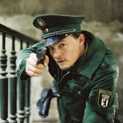 Norman Reedus como Polizist Schmitz en <i>Antibodies</i>