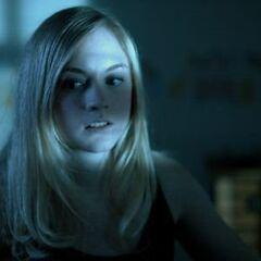 Emily Kinney como <i>Gina</i> en <i>Aunt Tigress</i>