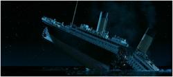 Le Titanic se fend en deux