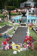800px-Elvis grave Graceland