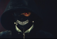 Kaneki trägt eine Kapuze und Maske