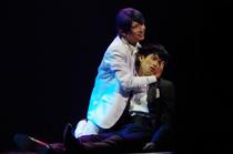 Tsukiyama holding Kaneki