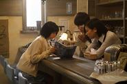 Toka, Kaneki und Hinami lesen zusammen