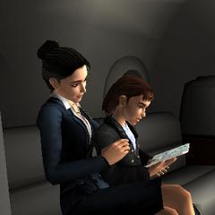 Amelia mira los dibujos de Lara