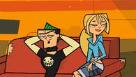S01E13 Bridgette i Duncan na sofie