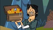 S01E01 Chris ze skrzynką ze skarbami