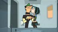 Pocałunek Gwen i Duncana