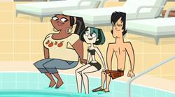 S01027 Gwen, Leshawna i Trent na basenie