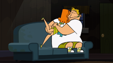 S02E09 Izzy i Owen na kanapie