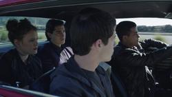 S1E07 Clay, Tony, Brad und Skye fahren im Auto