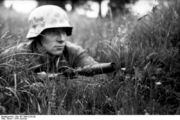 Bundesarchiv Bild 101I-584-2159-20, Frankreich, Soldat mit Gewehr in Stellung