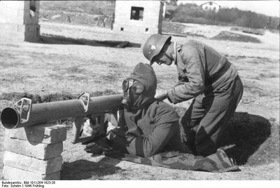 Bundesarchiv Bild 101I-264-1623-26, Frankreich, Vorführung Raketenpanzerbüchse