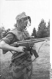 396px-Bundesarchiv Bild 101I-676-7996-13, Infanterist mit Sturmgewehr 44