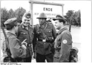 Bundesarchiv Bild 183-85458-0003, Berlin, Mauerbau, Kampfgruppen, NVA, VP