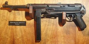 800px-MP 40 Schmeisser Machine pistol- randolf museum