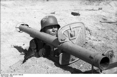 Bundesarchiv Bild 101I-671-7483-29, Reichsgebiet, Soldat mit Panzerabwehrwaffe