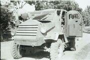 COLLECTIE TROPENMUSEUM Militair sleutelt aan een pantservoertuig TMnr 10029126