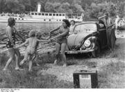 Bundesarchiv Bild 146II-732, Erholung am Flussufer