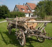 Bad Schussenried - Museumsdorf Kürnbach Holz Jauchefaß auf Leiterwagen