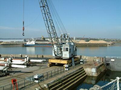 Traveling crane on rails at Chatham Dockyard - DSCF0064
