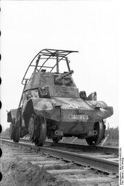 Bundesarchiv Bild 101I-639-4252-20A, Im Osten, Schienen-Spähpanzer Panhard P178