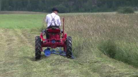 Valmet 20 traktorilla heinän niittoa perinnekonepäivät