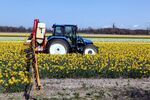 New Holland TL 90 and field sprayer 1