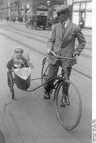 Bundesarchiv Bild 102-12561, Berlin, Fahrrad mit Beiwagen