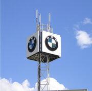 BMW Logo für Werbung auf Gestell montiert