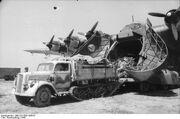 Bundesarchiv Bild 101I-559-1085-07, Italien, Flugzeug Me 323 Gigant, Opel Maultier