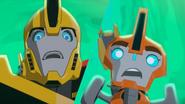 Fixit and Bumblebee törmäsivät kahteen ihmiseen.