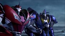 Smokescreen, Knock Out ja Arcee (Onpa hyvä nähdä Optimus)