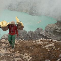 Miner caring sulphur, Ijen vulcano, Java, Indonesia