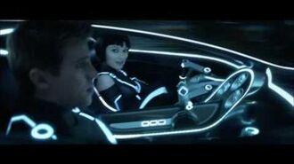 Quorra salva Sam - Tron O Legado - Oficial de Walt Disney Studios