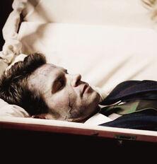 Elijah ze sztyletem w piersi
