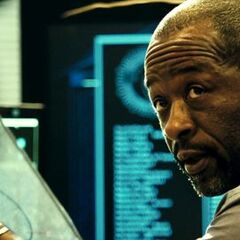 Lennie James como Agente Especial James Ross em Colombiana