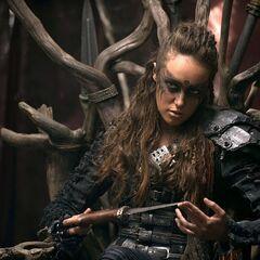 Alycia Debnam-Carey como Lexa em The 100.