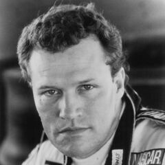 Michael Rooker como Rowdy Burns em Days of Thunder