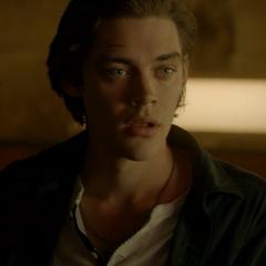 Tom Payne como Leon