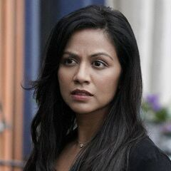 Karen David como Emma Tig em Legacies.