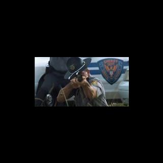 Um policial dispara sua arma em legítima defesa.