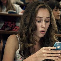 Alycia Debnam-Carey como Laura em Friend Request.