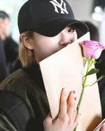 Jeongyeon holding arose