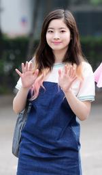 Dahyun waving 2